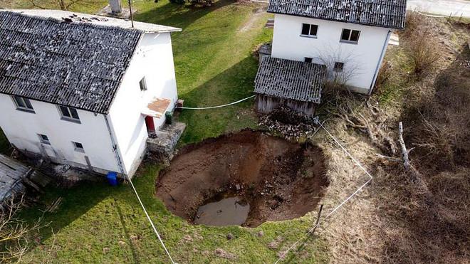 Ngôi làng bỗng dưng bị 100 hố tử thần bao vây sau trận động đất, người dân sống trong lo âu bị... nuốt bất cứ lúc nào - Ảnh 7.