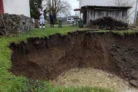 Ngôi làng bỗng dưng bị 100 hố tử thần bao vây sau trận động đất, người dân sống trong lo âu bị... nuốt bất cứ lúc nào - Ảnh 8.