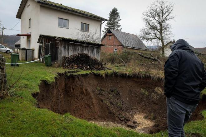 Ngôi làng bỗng dưng bị 100 hố tử thần bao vây sau trận động đất, người dân sống trong lo âu bị... nuốt bất cứ lúc nào - Ảnh 9.