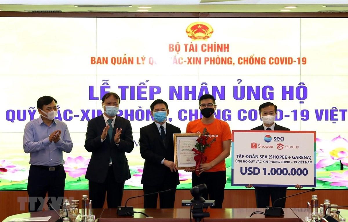 Tập đoàn SEA (Singapore) ủng hộ Quỹ vaccine phòng, chống COVID-19 số tiền 1 triệu USD. (Ảnh: Phạm Hậu/TTXVN)