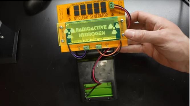 Youtuber chế tạo máy chơi game cầm tay chạy bằng năng lượng hạt nhân (Ảnh: Vice)