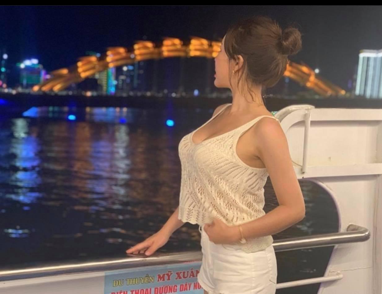 Cô giáo dạy Anh văn xinh đẹp gây chú ý trên cầu sông Hàn vì chiếc áo này - 6