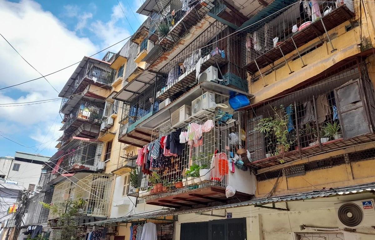 Qua 45 năm tồn tại, đến nay nhiều dãy nhà chung cư cũ 60 Thổ Quan đã xuống cấp với mức độ nguy hiểm được Sở Xây dựng Hà Nội xác định ở cấp B và C. (Ảnh: Hùng Võ/Vietnam+)