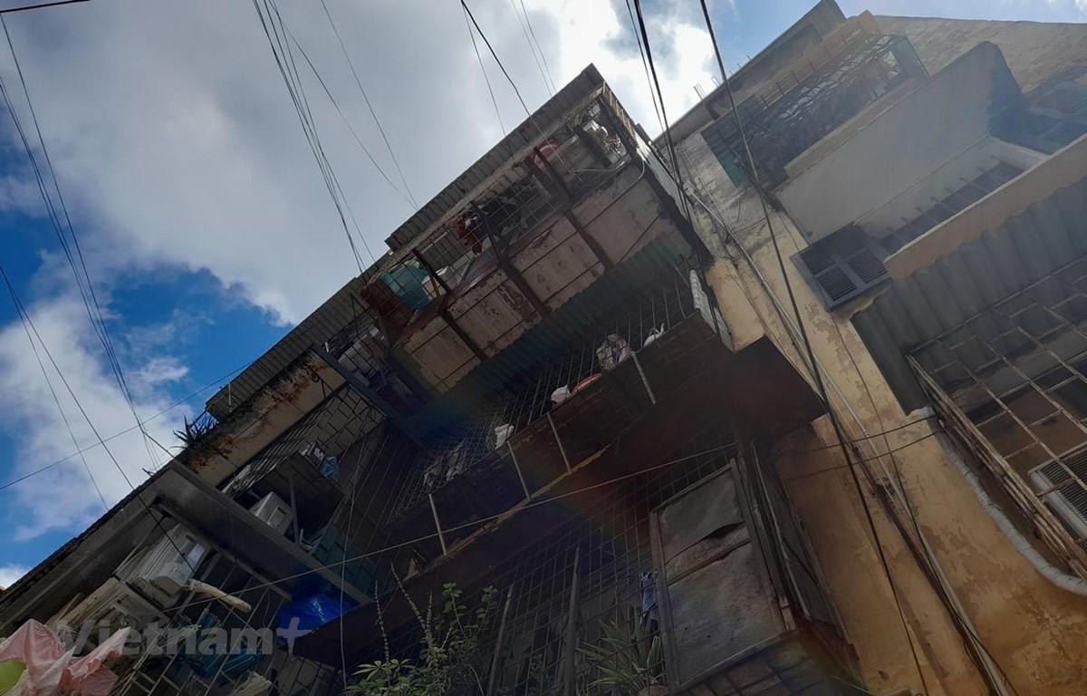 Khu chung cư cũ 60 Thổ Quan (quận Đống Đa) được xây dựng từ năm 1976, đến nay nhiều dãy nhà đã xuống cấp nghiêm trọng. (Ảnh: Hùng Võ/Vietnam+)