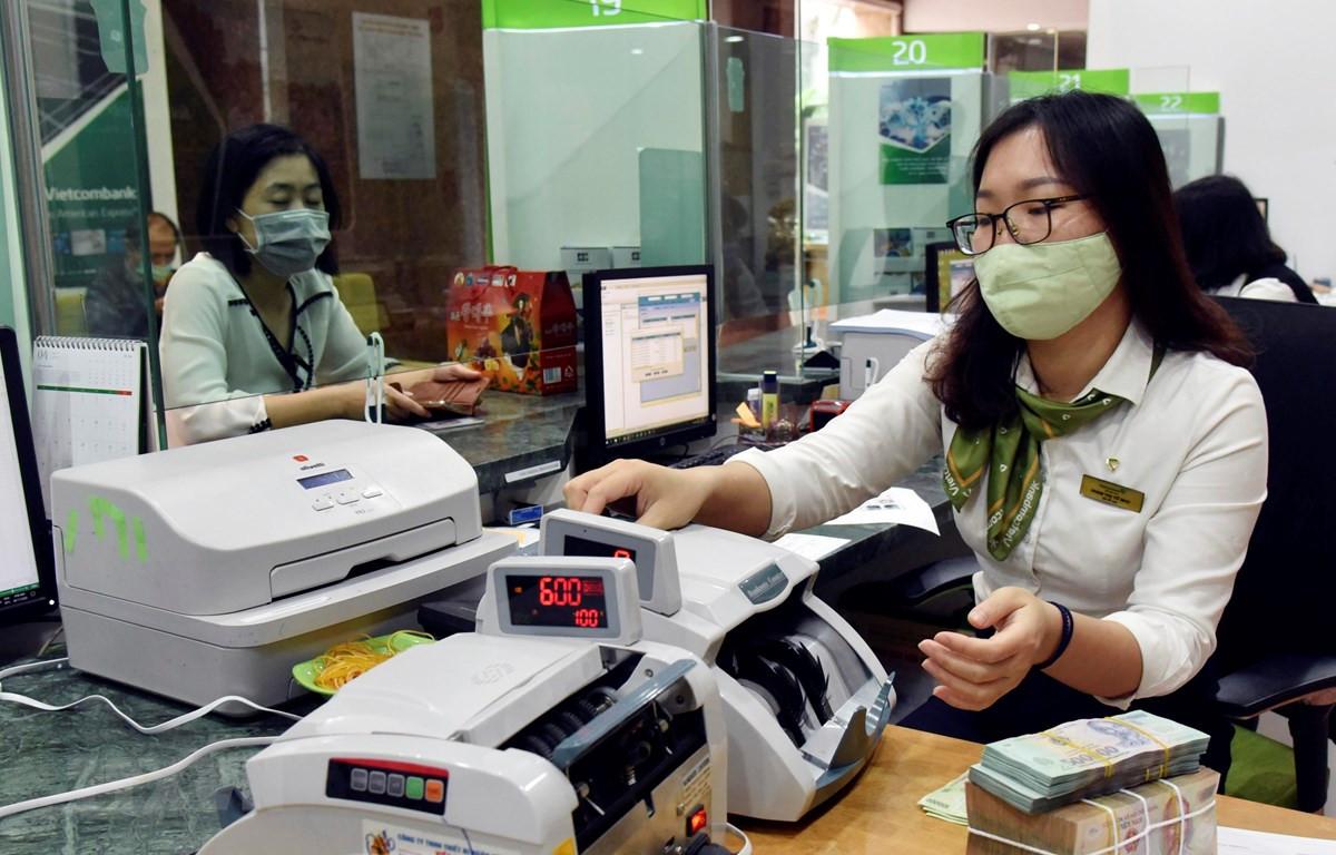 Khách hàng giao dịch tại Hội sở Vietcombank. (Ảnh: Trần Việt/TTXVN)