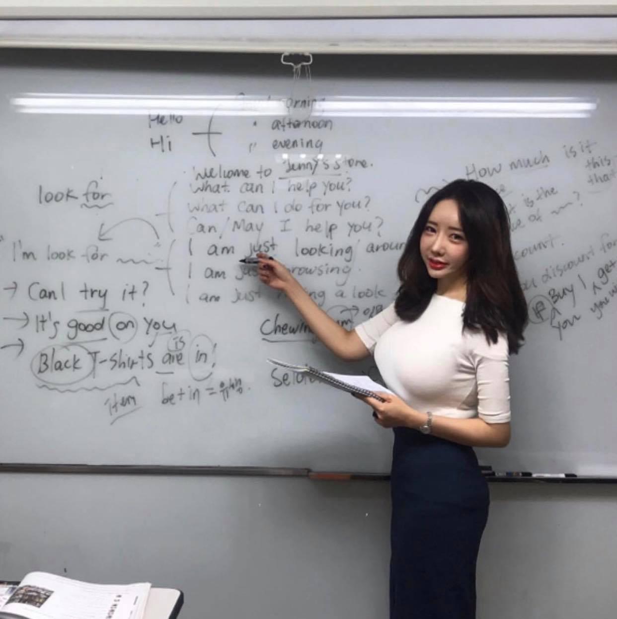 Cô giáo dạy Anh văn xinh đẹp gây chú ý trên cầu sông Hàn vì chiếc áo này - 1