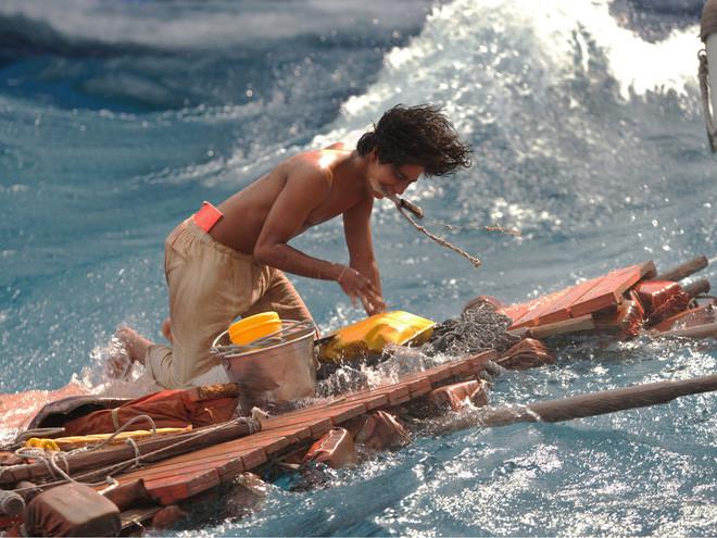 Cuộc đời của Pi phiên bản đời thực: Tay không bắt cá mập trên thuyền độc mộc! - Ảnh 1.