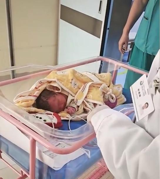 Đứa trẻ mới sinh được đẩy ra khỏi phòng nhưng không tìm thấy người thân, lí do đau lòng khiến ai cũng phẫn nộ-1