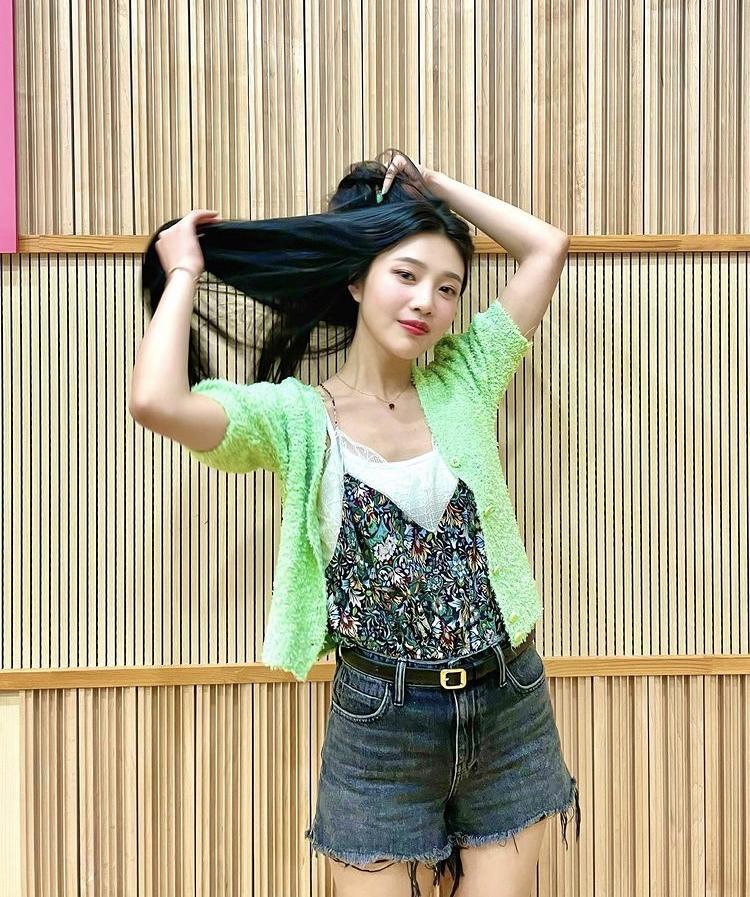 Học cách phối váy áo họa tiết mùa hè rực rỡ như Joy (Red Velvet)-1