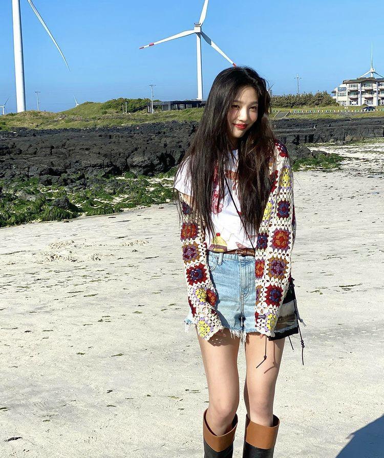 Học cách phối váy áo họa tiết mùa hè rực rỡ như Joy (Red Velvet)-3