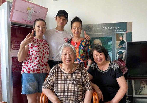 Angela Baby lẻ bóng đi mua nhà, Huỳnh Hiểu Minh về quê vắng vợ con-4