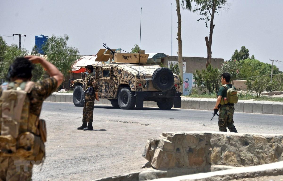 Lực lượng an ninh Afghanistan gác trên đường phố tại Kandahar trong thời gian diễn ra giao tranh với các tay súng Taliban, ngày 9/7/2021. (Ảnh: AFP/TTXVN)