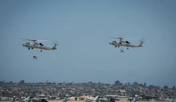 My ban giao 2 may bay truc thang MH-60R dau tien cho An Do hinh anh 1