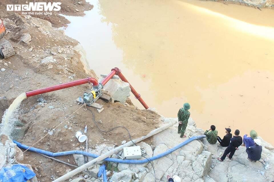 Ảnh: Nửa tháng lật tung sông Rào Trăng vẫn không thấy 11 công nhân mất tích - 1