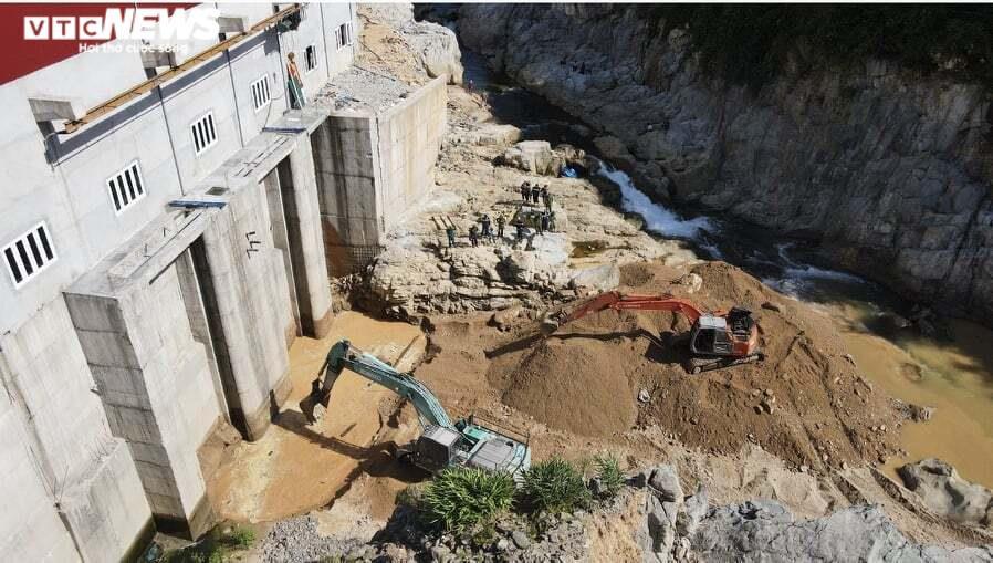 Ảnh: Nửa tháng lật tung sông Rào Trăng vẫn không thấy 11 công nhân mất tích - 7