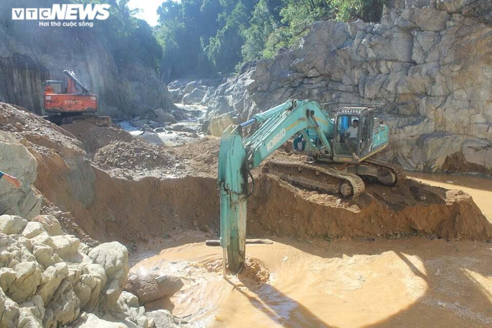 Ảnh: Nửa tháng lật tung sông Rào Trăng vẫn không thấy 11 công nhân mất tích - 8