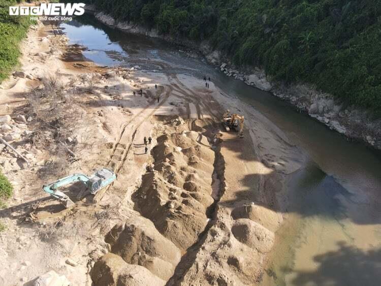 Ảnh: Nửa tháng lật tung sông Rào Trăng vẫn không thấy 11 công nhân mất tích - 3