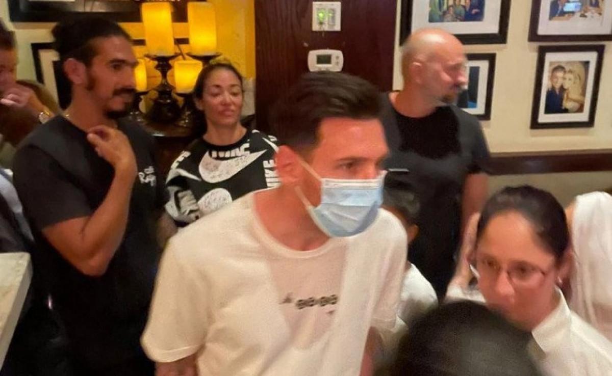 Messi phải rất vất vả mới thoát khỏi đám đông sau khi rời khỏi nhà hàng ở Miami, Mỹ. (Ảnh: Infobae).