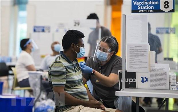 Canada vuot My ve ty le dan so hoan thanh tiem chung vaccine COVID-19 hinh anh 1