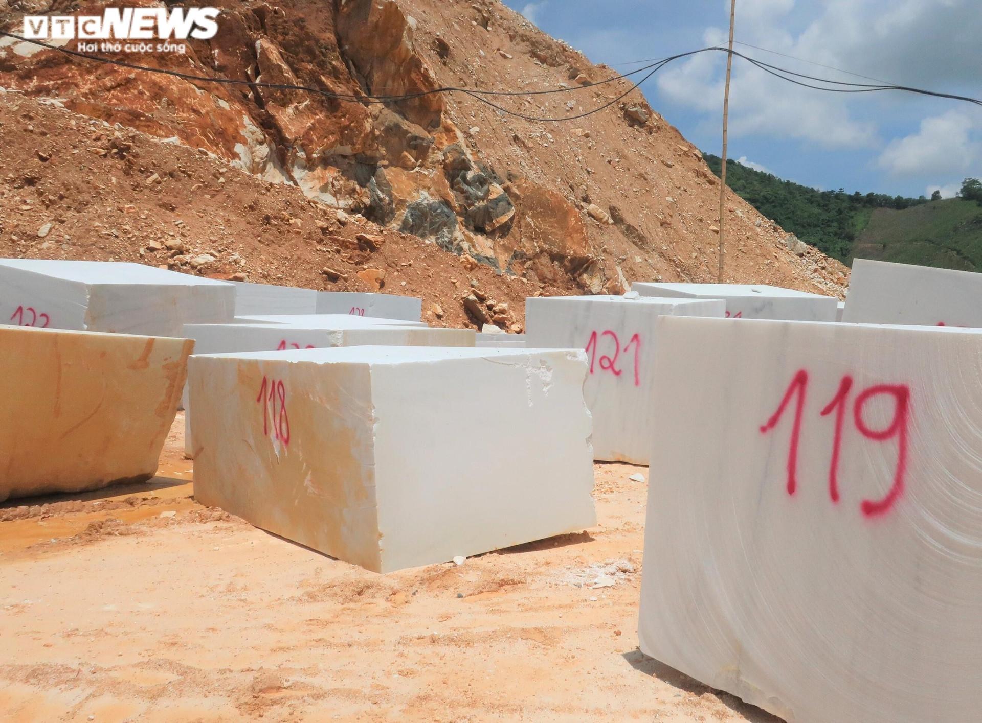 Tan hoang hiện trường khai thác trái phép đá trắng ở Nghệ An - 4