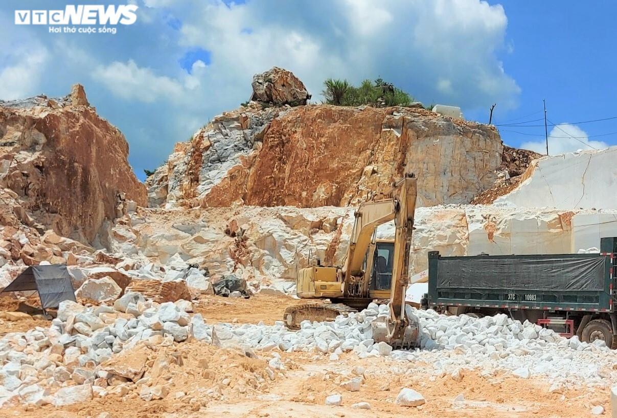 Tan hoang hiện trường khai thác trái phép đá trắng ở Nghệ An - 8