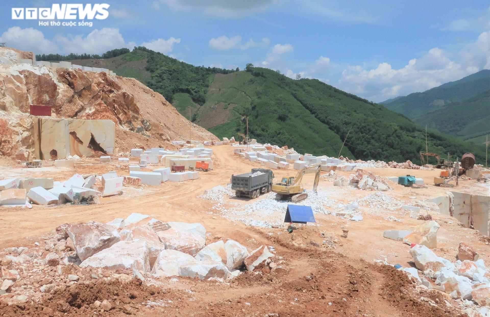 Tan hoang hiện trường khai thác trái phép đá trắng ở Nghệ An - 1