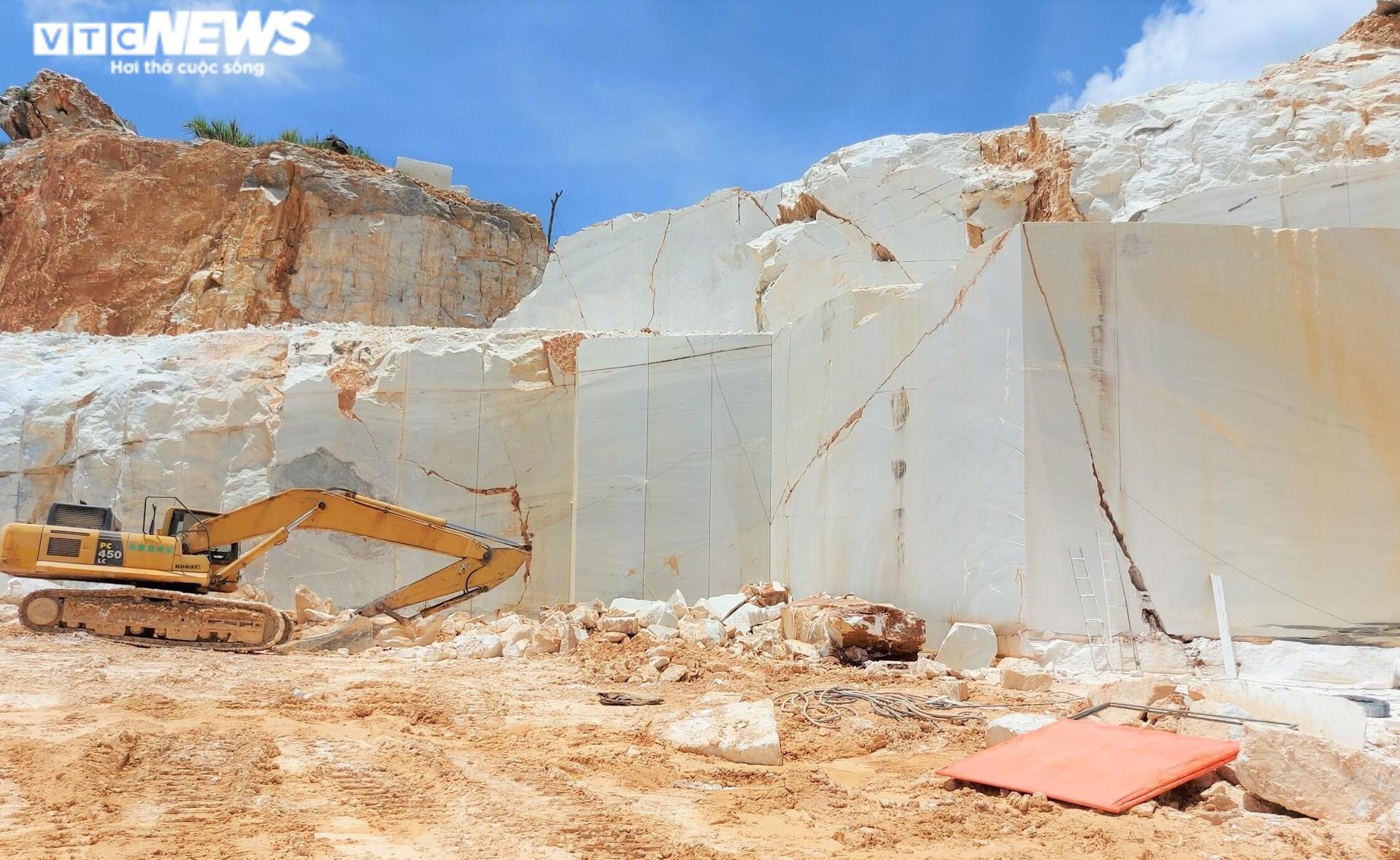 Tan hoang hiện trường khai thác trái phép đá trắng ở Nghệ An - 2