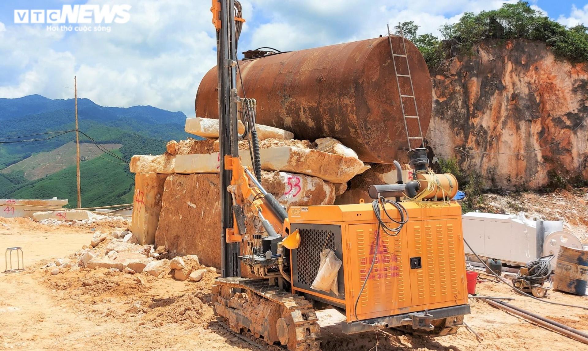 Tan hoang hiện trường khai thác trái phép đá trắng ở Nghệ An - 6