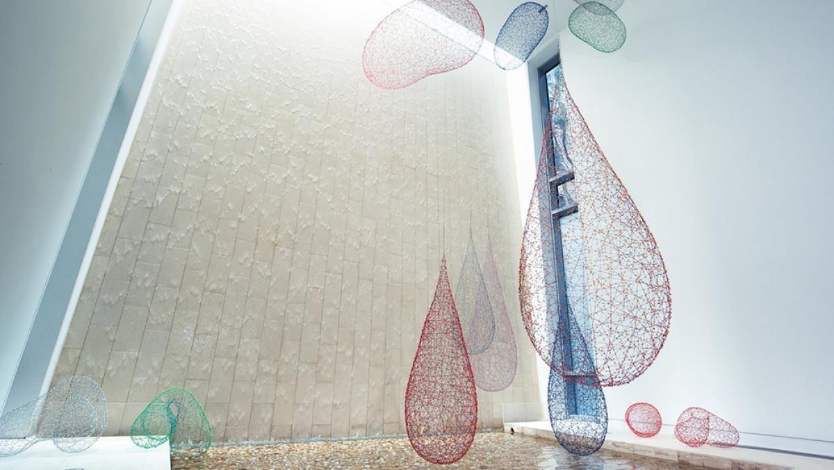 Bên trong biệt thự là một thác nước cao 23m với những đồ trang trí như những tác phẩm nghệ thuật trong các triển lãm.
