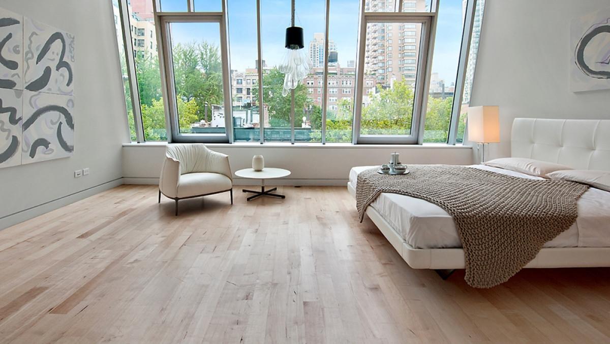 Nội thất được thiết kế tối giản. Mặt ngoài được lắp kính gần như toàn bộ để tận dụng ánh sáng tự nhiên.