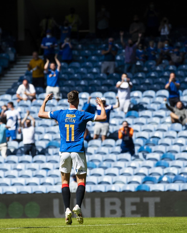 Cedric Itten đánh đầu tung lưới Arsenal trong tình huống phạt góc ở phút 75.