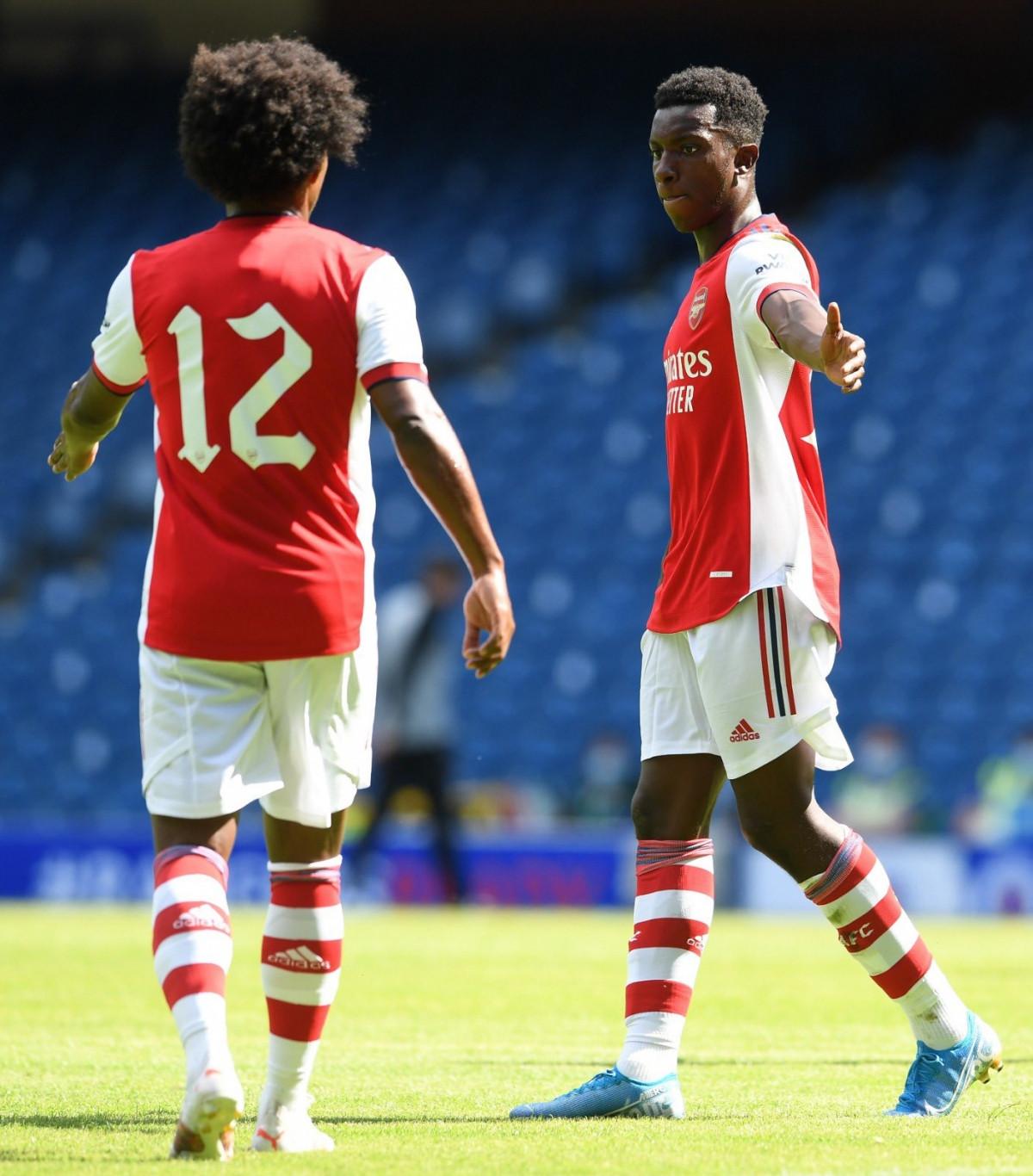 Eddie Nketiah gỡ hòa 2-2 cho Arsenal sau nỗ lực xoay trở trong vòng cấm ở phút 83.
