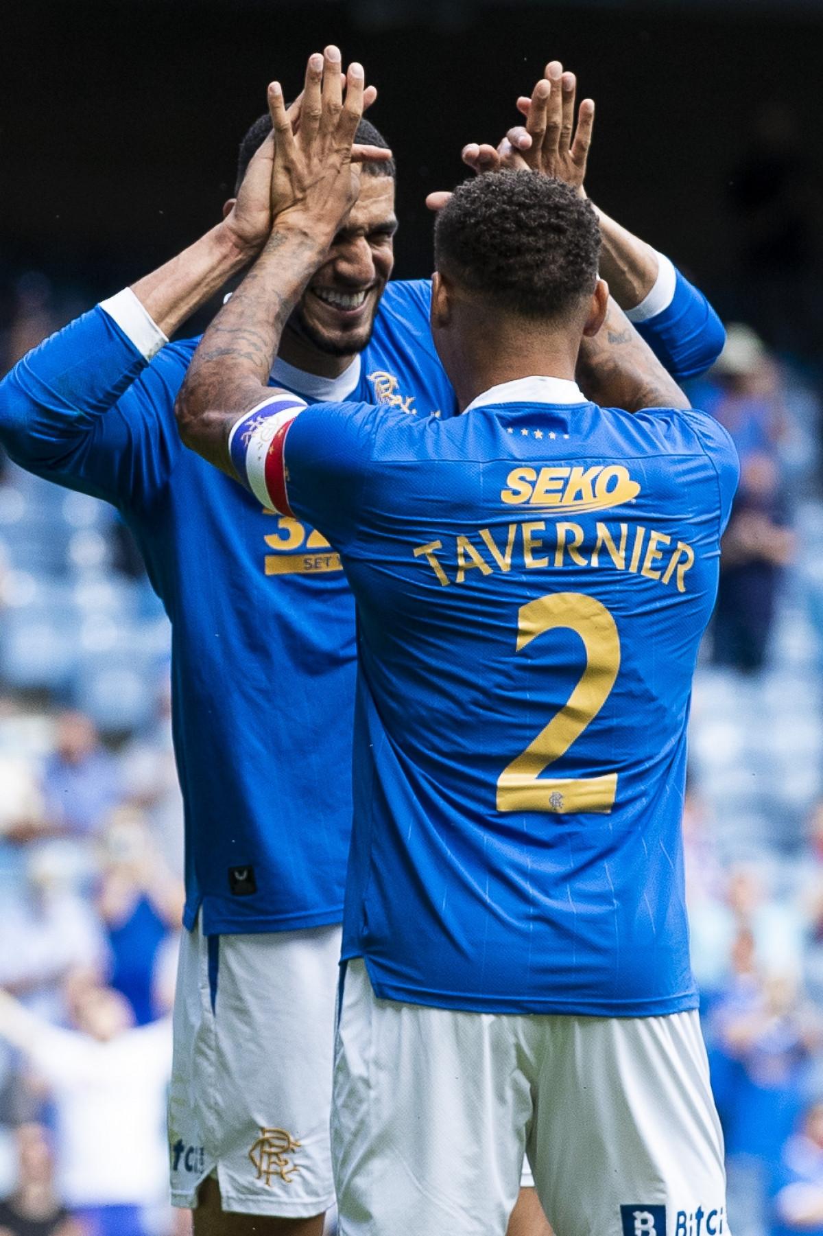 Leon Balogun mở tỷ số cho Rangers sau tình huống phạt góc ở phút 14.