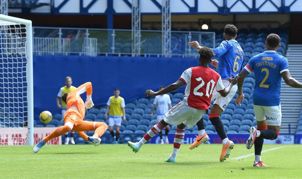 Nuno Tavares có pha độc diễn gỡ hòa 1-1 cho Arsenal ở phút 23.