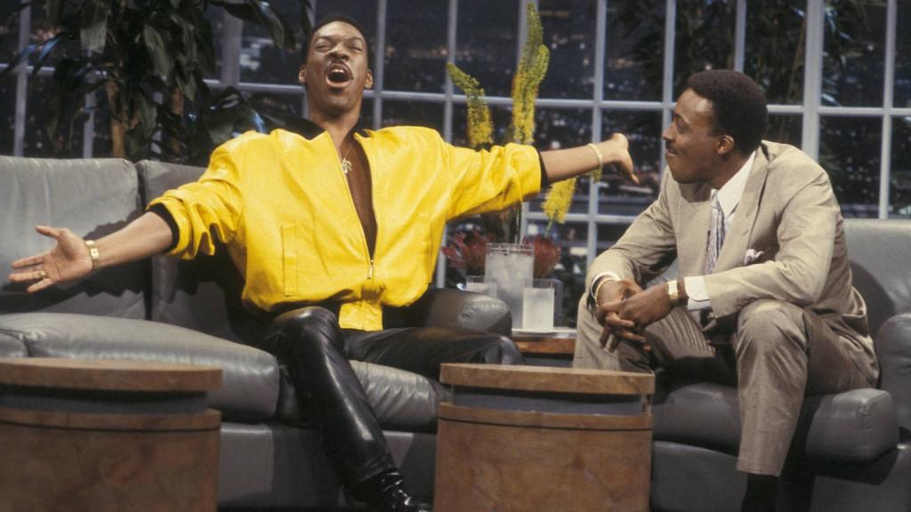 5. Arsenio Hall (với Eddie Murphy), người da đen dẫn chương trình khởi xướng việc không dùng chiếc bàn