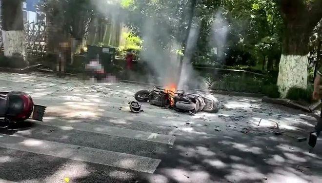Clip: Đang chạy trên đường, xe điện đột nhiên bốc cháy thiêu sống 2 cha con-1
