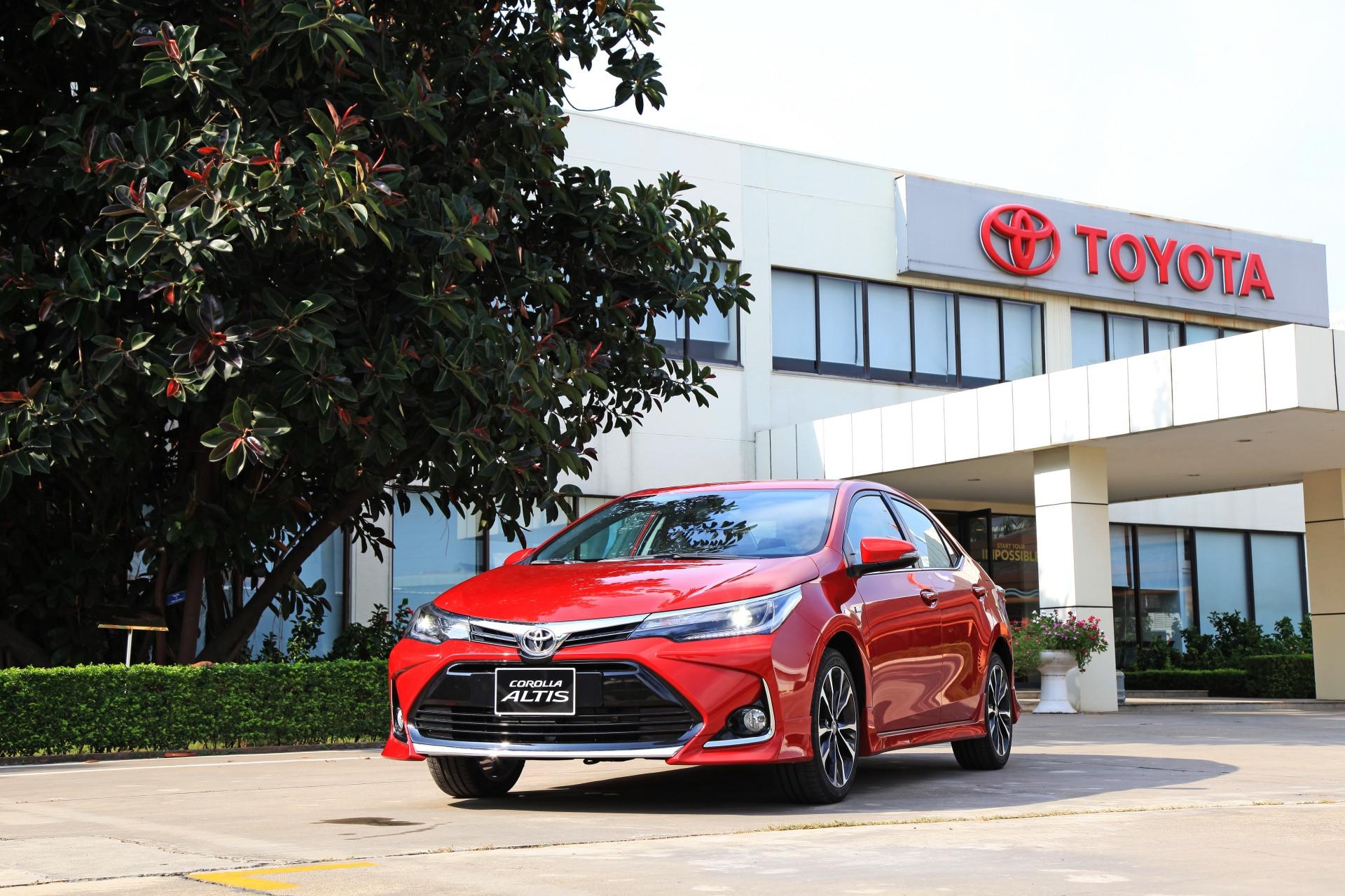 Toyota Corolla Altis giảm giá mạnh tại đại lý