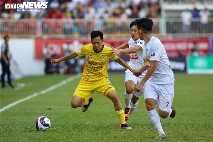 Hoãn V-League sang 2022: CLB thiệt hại nặng nề, khó đàm phán với cầu thủ - 1