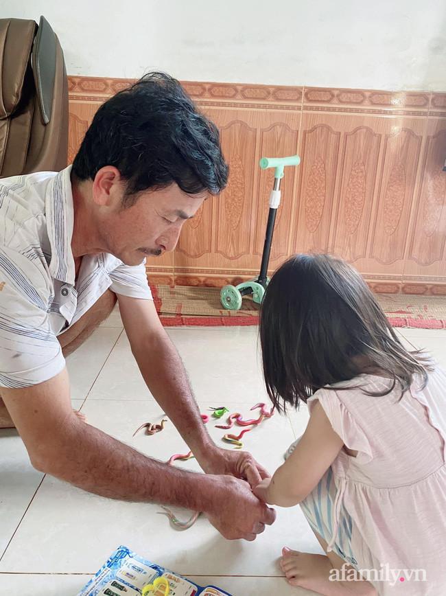 Nghỉ dịch ở nhà, bé gái cùng ông đem đất nặn ra chơi, nhìn thành phẩm mà dân mạng té xỉu-1