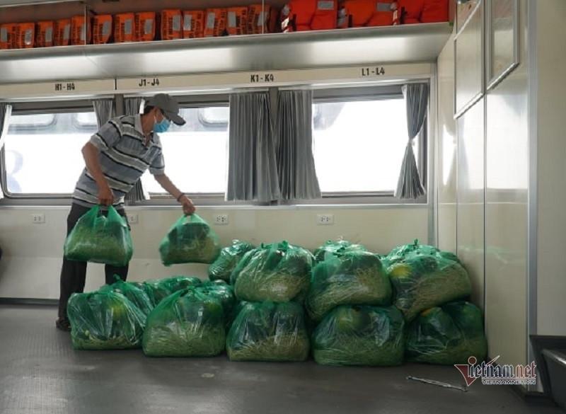 Hình ảnh tàu cao tốc triệu đô đầu tiên chở thực phẩm từ miền Tây lên TP.HCM