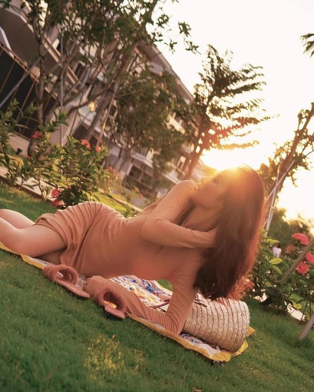 Đông Nhi diện đầm nude bó sát dễ gây hiểu nhầm không mặc gì-2