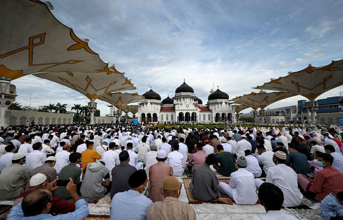 Các tín đồ Hồi giáo cầu nguyện bên ngoài một đền thờ ở Aceh, Indonesia để kỷ niệm lễ hiến sinh Eid al-Adha, ngày 20/7. (Ảnh: AFP/TTXVN)