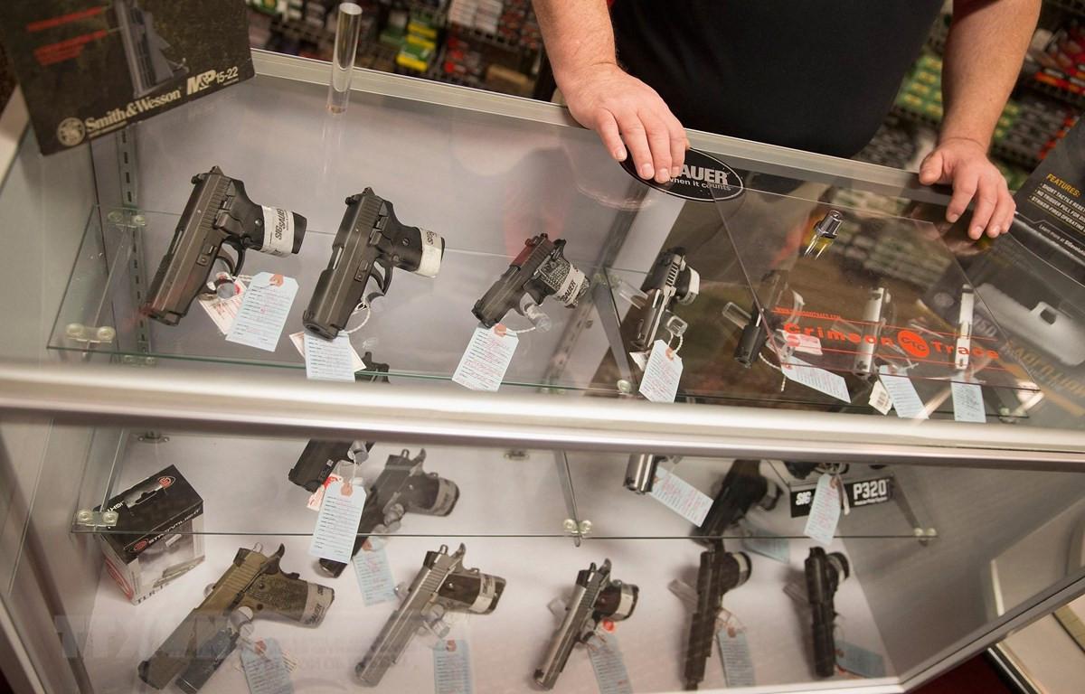 Một cửa hàng bán súng ngắn tại Bridgeton, Missouri, Mỹ. (Ảnh: AFP/TTXVN)