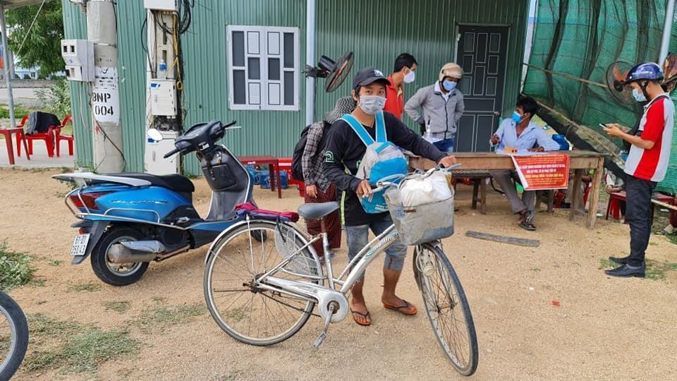 4 mẹ con đạp xe từ Đồng Nai về Nghệ An sẽ được đi tàu - 2