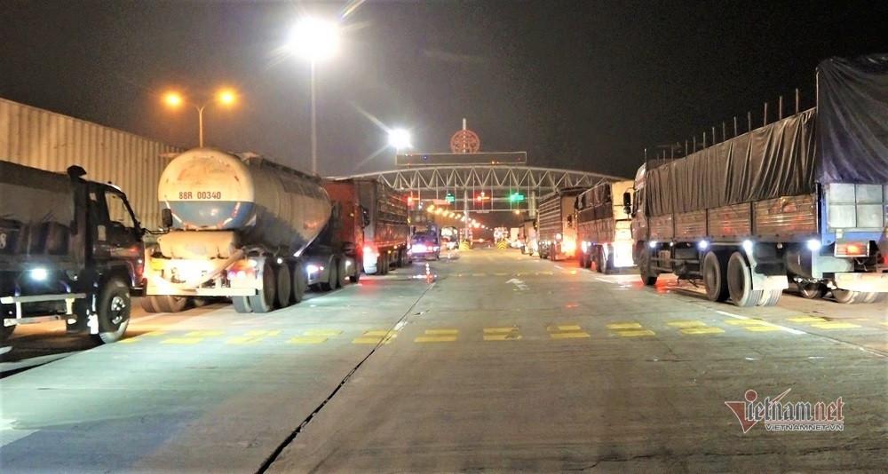 Ùn xe 2km trong đêm ở chốt Pháp Vân-Cầu Giẽ, nhiều tài xế thiếu giấy xét nghiệm