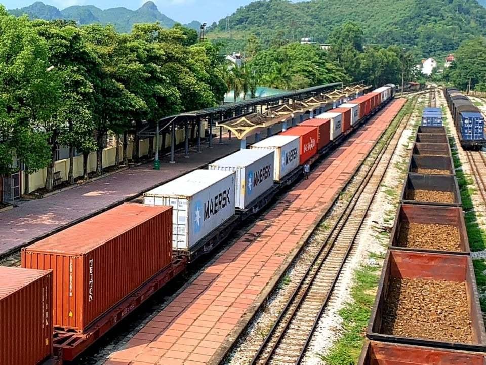 Lần đầu tiên đoàn tàu chở container từ Việt Nam sang thẳng châu Âu