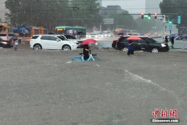 Cảnh khó tin do mưa lũ ở Trung Quốc, nhiều nơi chìm trong nước-2