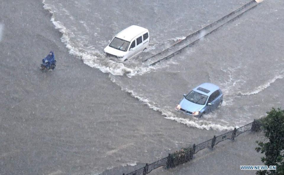Cảnh khó tin do mưa lũ ở Trung Quốc, nhiều nơi chìm trong nước-4