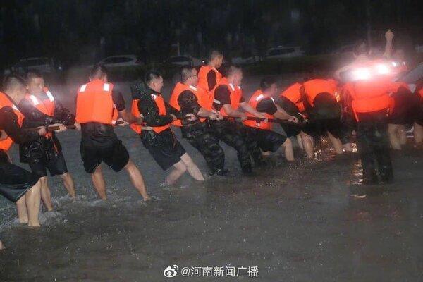 Cảnh khó tin do mưa lũ ở Trung Quốc, nhiều nơi chìm trong nước-7