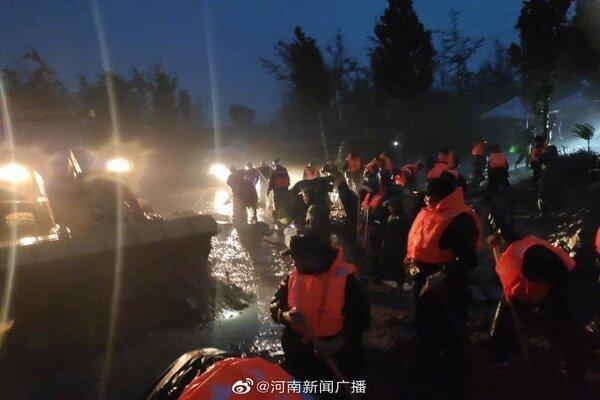 Cảnh khó tin do mưa lũ ở Trung Quốc, nhiều nơi chìm trong nước-8
